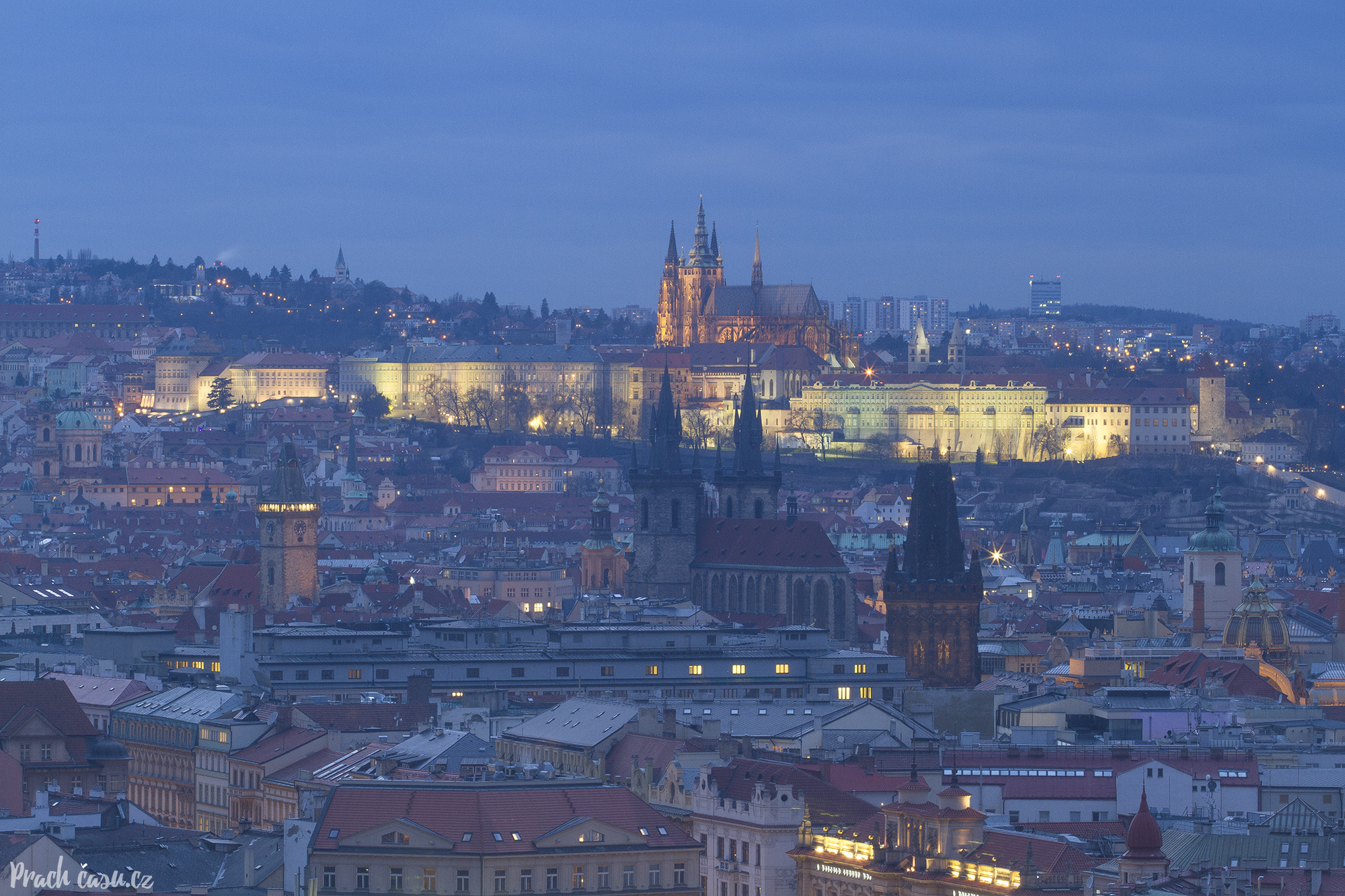 Unikatní pohled na Prahu z výškové budovy na Žižkově. Těsně před rozsvícením nočních světel.